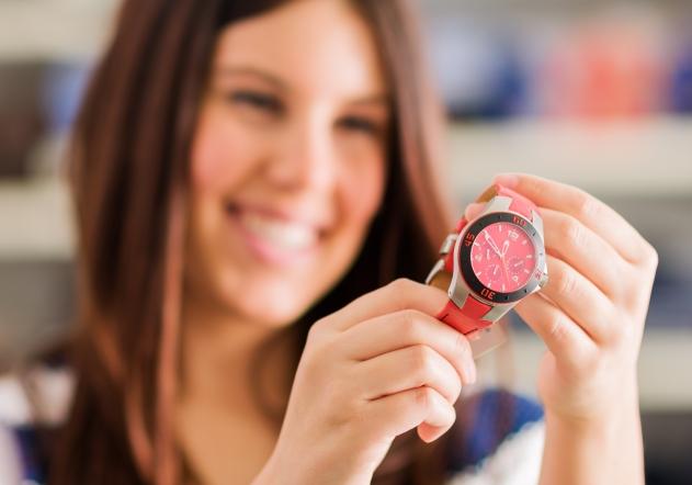 Mujer mirando reloj rojo