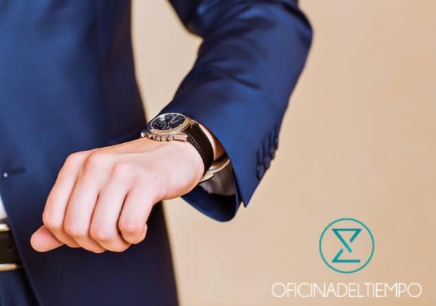 Brazo de hombre en traje con reloj