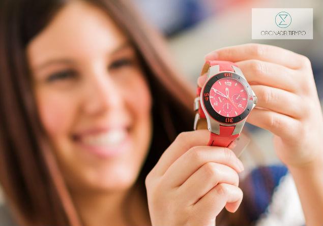 Mujer sosteniendo reloj rojo