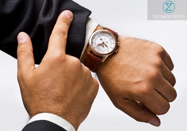 Hombre en traje con reloj de pulsera clasico