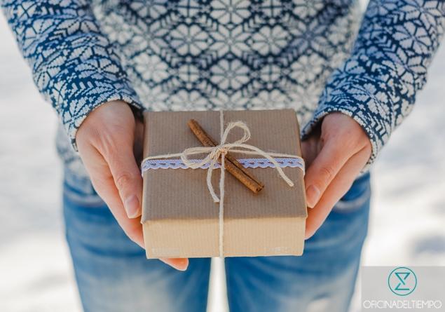 Mujer sosteniendo un regalo