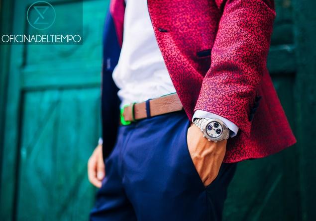 Hombre en traje rojo y azul con reloj de pulsera