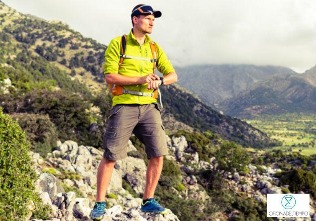 Hombre en montaña con reloj