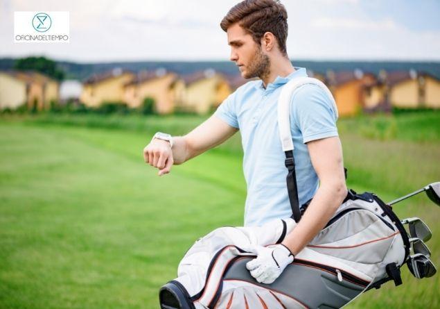 jugador de golf con su reloj garmin