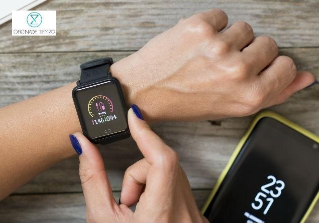 Mujer usando su reloj inteligente