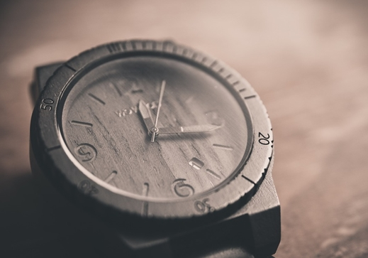Reloj de madera oscura