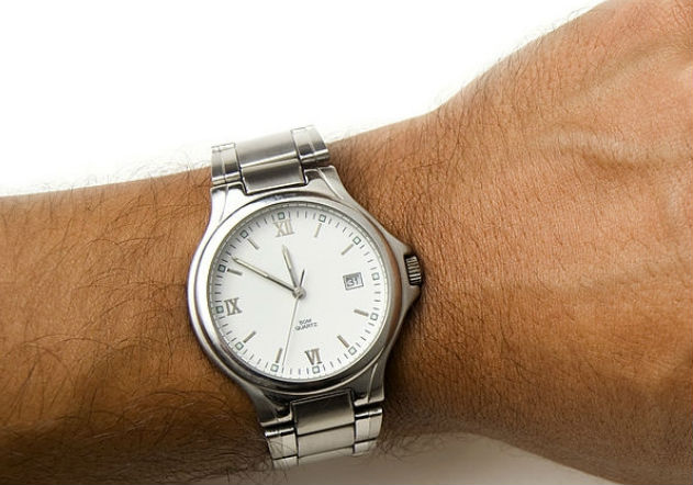 Reloj clásico plateado de pulsera